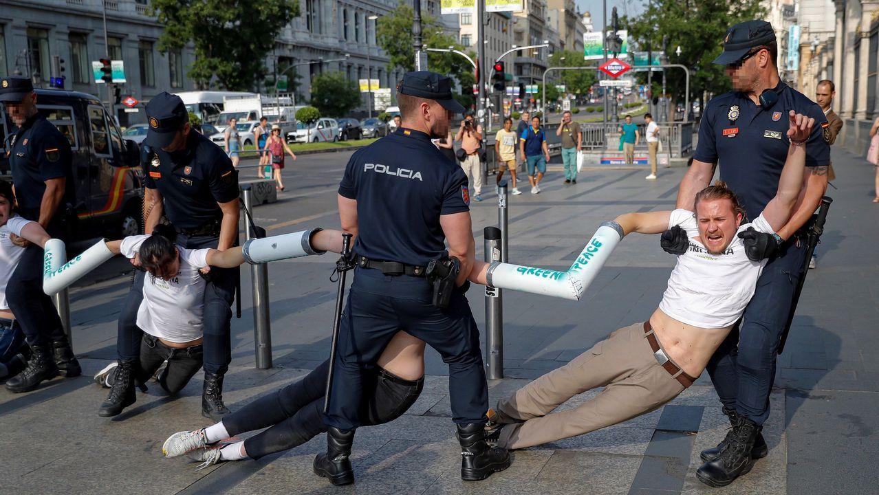 Vox vota en contra del candidato del PP a la investidura en Murcia.Un grupo de activistas de Greenpeace ha cortado en la calle Alcalá el acceso de vehículos a Madrid Central