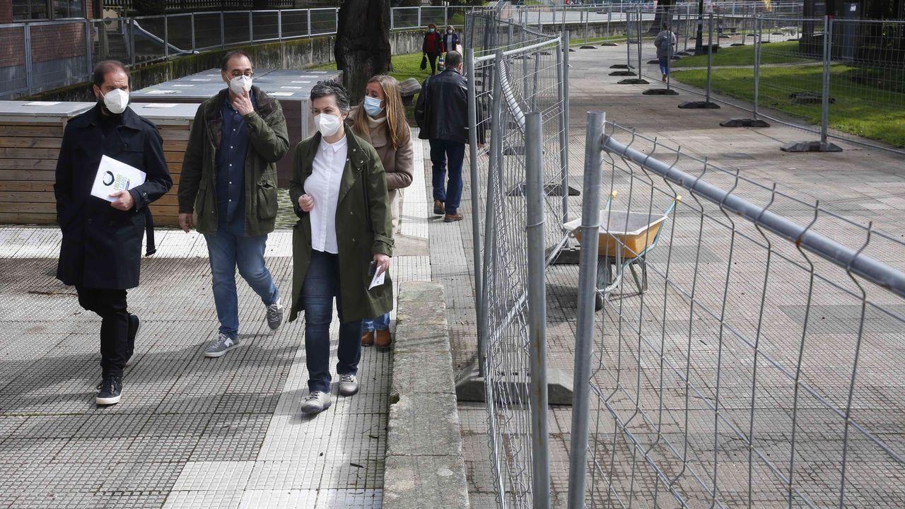 Así fue la jornada de vacunacióin masiva en Pontevedra.Los concejales Iván Puentes y Eva Vilaverde, con el arquitecto municipal Ángel Velando, en el paseo clausurado