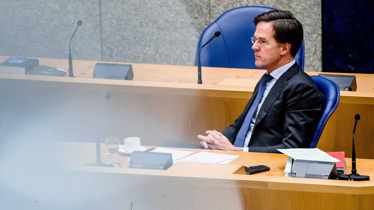 El primer ministro en funciones de los Países Bajos, Mark Rutte, en el primer debate parlamentario desde su dimisión