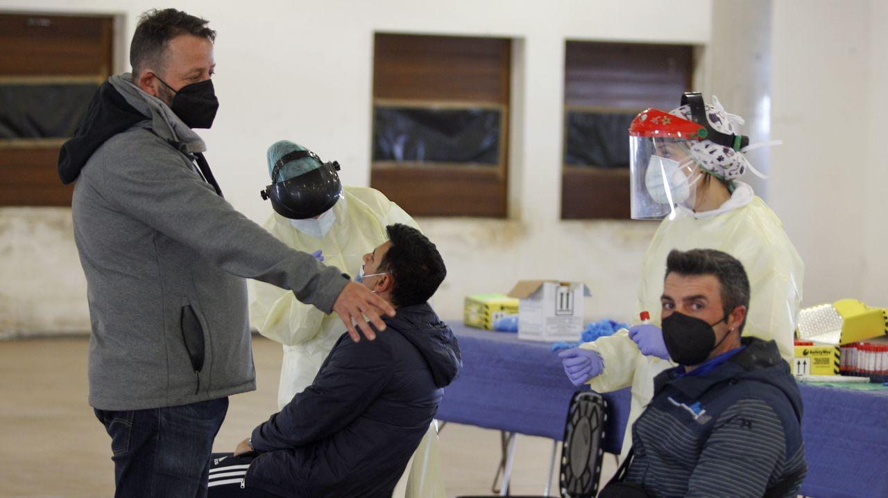 La comunidad musulmana de la provincia de Lugo se une en el Pazo de Feiras e Congresos para el rezo del último día de Ramadán.Decenas de personas esperan su turno para vacunarse contra el covid-19 en Expocoruña