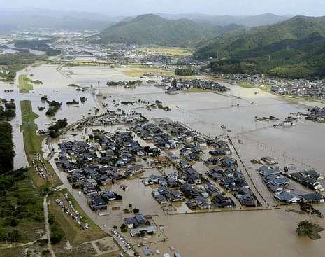 El río Yura invadió las viviendas en Fukuchiyama, Kioto.