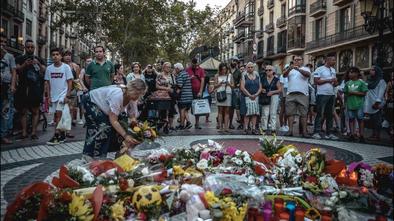 El mosaico de Joan Miró de La Rambla de Barcelona vuelve a convertirse en un improvisado altar en homenaje a las víctimas del atropello que causó catorce muertos y decenas de heridos en la calle más emblemática de la capital catalana.