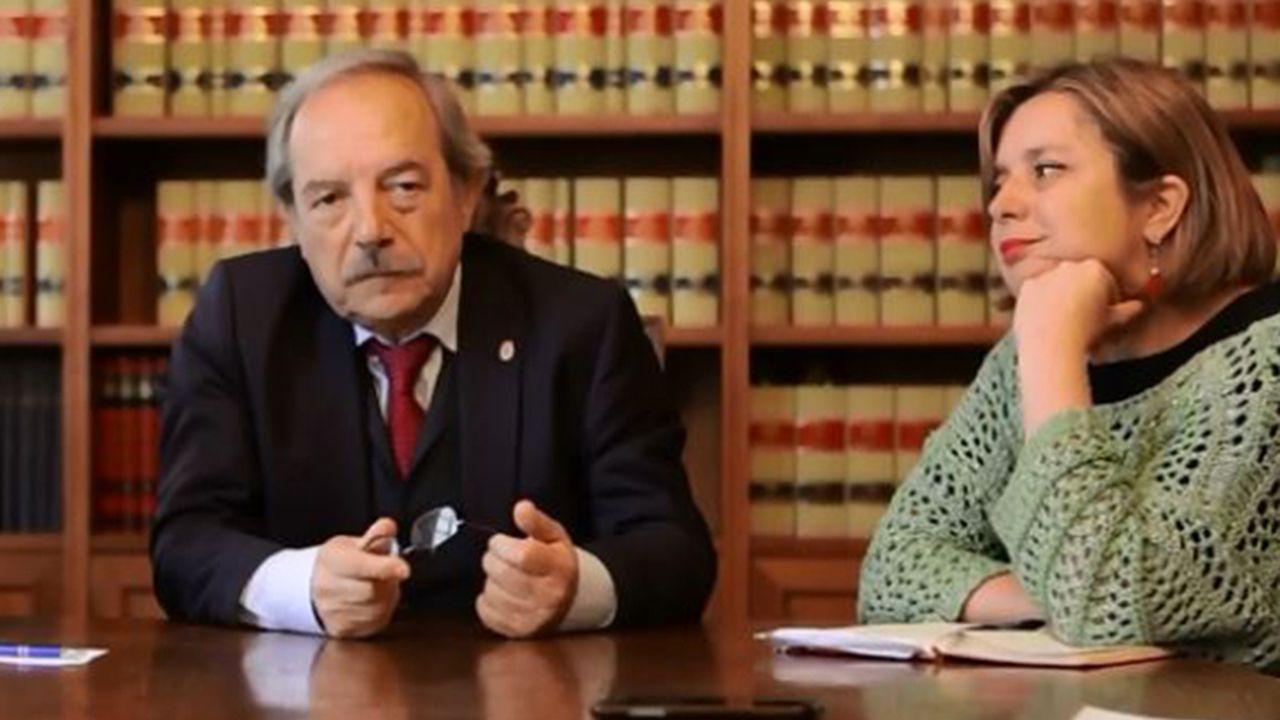 El alcalde de Oviedo, Wecenslao López, charla con el concejal de IU, Iván Álvarez, en la plaza del ayuntamiento y con Rubén Rosón (Somos) en segundo plano.Wenceslao López y Ana Taboada