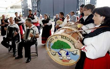 A agrupación non estivo ao completo en Bértoa porque as pandereteiras estaban en Francia.