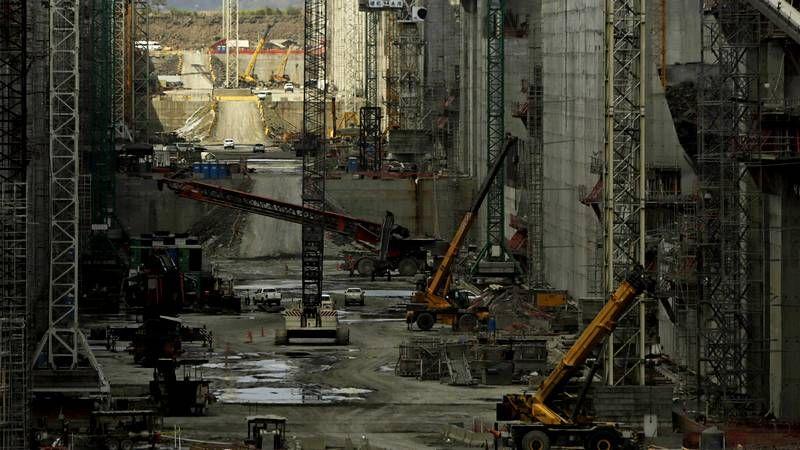 Las obras del Canal de Panamá, en el aire.Las puertas de acceso a las obras de la ampliación del canal permanecían ayer cerradas a cal y canto.