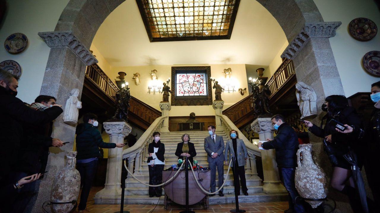 Los abogados del Estado, en el vestíbulo del pazo, entre adornos, estatuas y bustos de Franco. Era el 10 de diciembre del 2020 y acababan de recibir las llaves de Meirás. No se ha abierto al público desde entonces