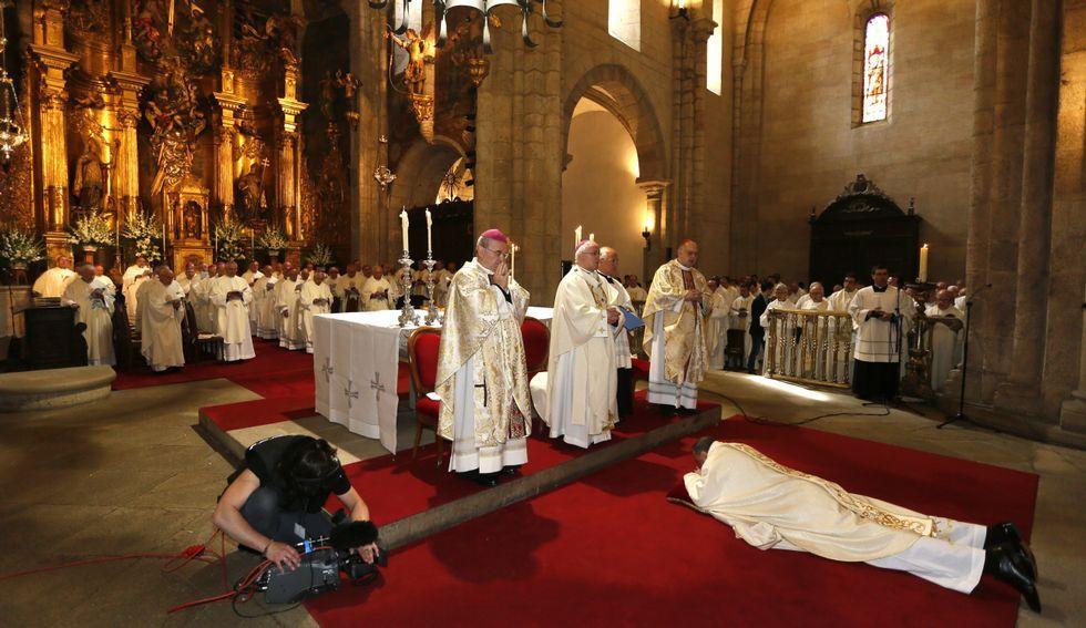 Los mitrados, preparándose para los actos en el palacio episcopal.