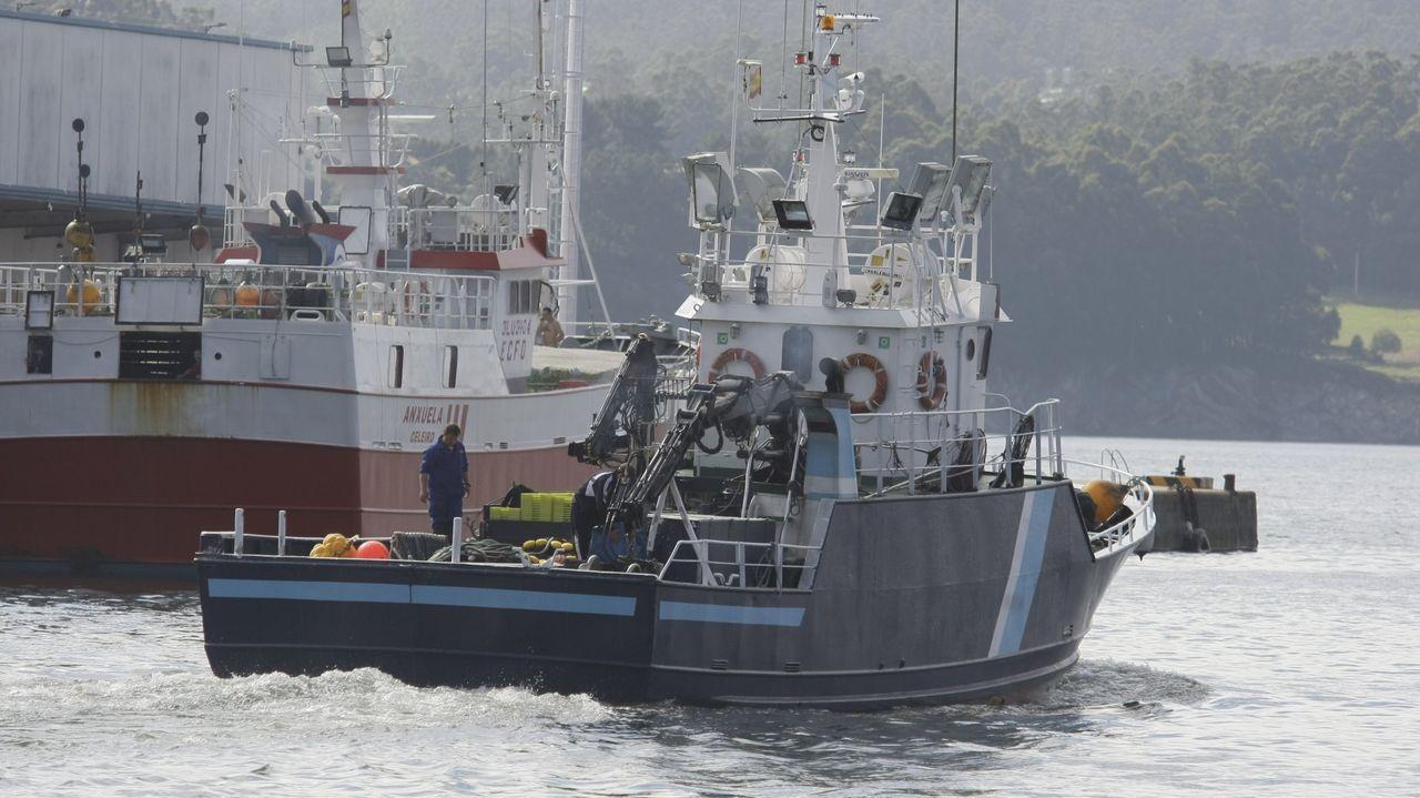 Un cerquero saliendo del puerto de Celeiro, en Viveiro, en una foto de archivo