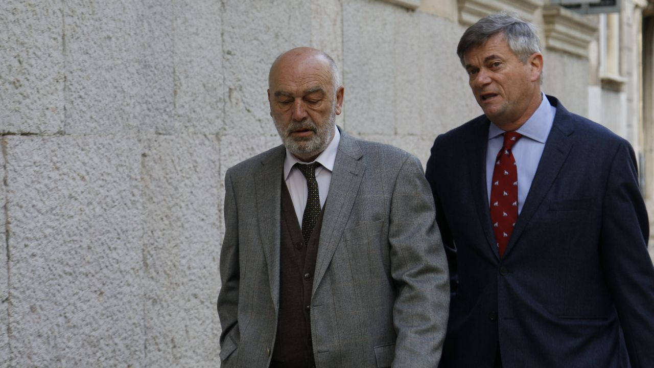 Miguel Florit, primero por la izquierda, a su llegada a los juzgados para declarar por la incautación de móviles a periodistas en el caso Cursach