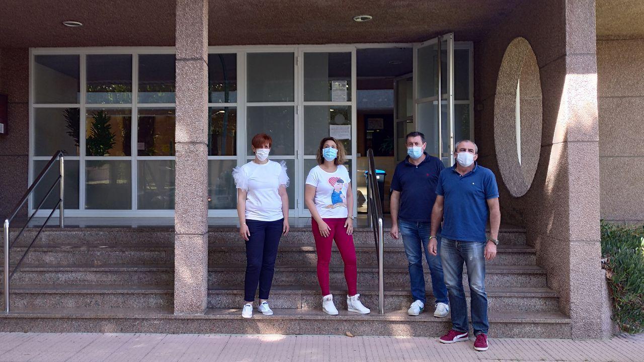 Una profesional del Hospital da Mariña, con test PCR para diagnosticar el covid-19, en una imagen del pasado 30 de octubre