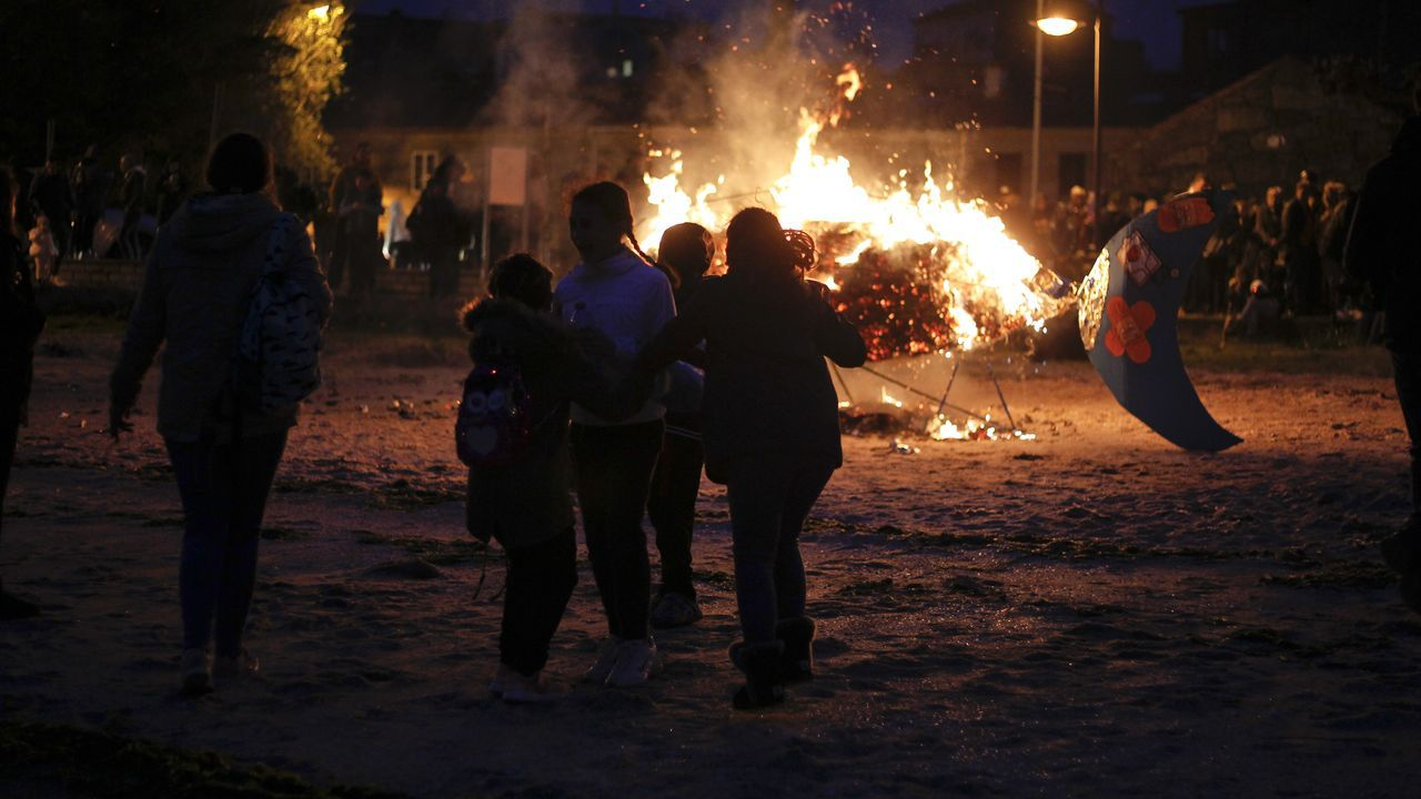 El Liborio en A Illa y la sardina en Cambados devorados por las llamas.Asociaciones de padres y madres protestas en el pleno de Oviedo contra el recorte en becas escoalres