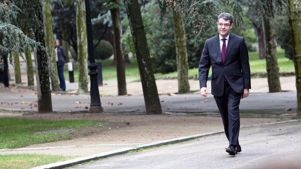 Una torre de alta tensión vista desde dentro.Álvaro Nadal, ministro de Energía, Turismo y Agenda Digital