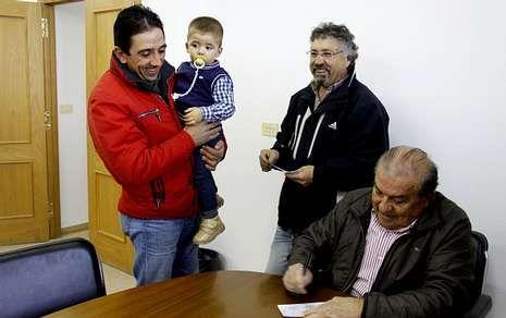 El alcalde de O Bolo, Manuel Corzo, firmando un cheque bebé esta misma semana.