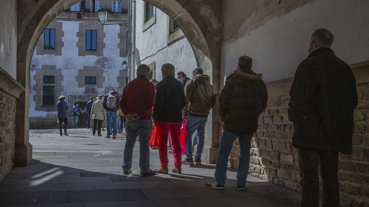 Bolsas y carritos ocupan la entrada del Banco de Alimentos de Lugo.Margarita Fuente, presidenta de la Asociación Española Contra el Cáncer en Asturias