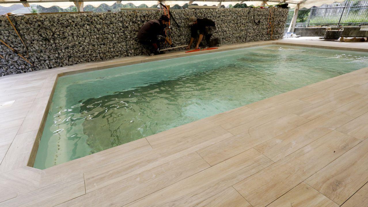 Instalación de una piscina en una urbanización de A Coruña