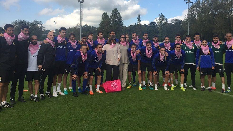 Los jugadores del Oviedo posan con el pañuelo rosa en señal de apoyo al Día Contra el Cáncer de Mama