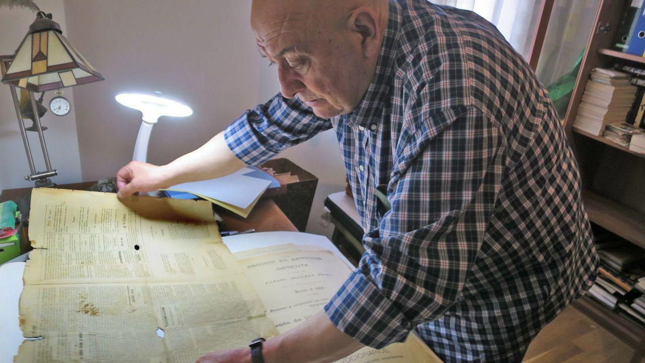 Montero examina un antiguo ejemplar de la publicación local El eco de Lemos