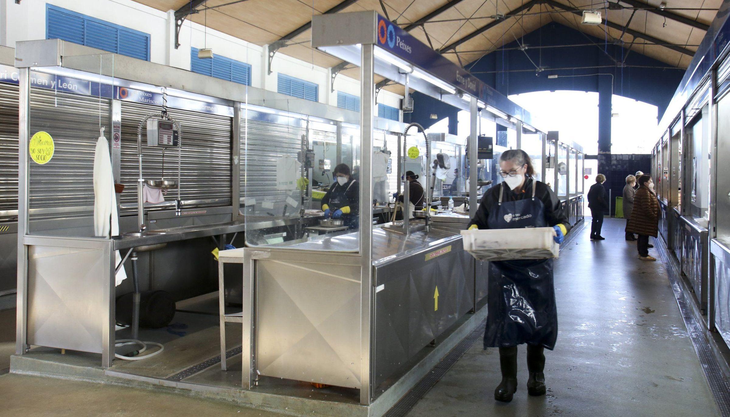 Pasillos vacías y muchas persianas bajadas este jueves en el Mercado da Magdalena