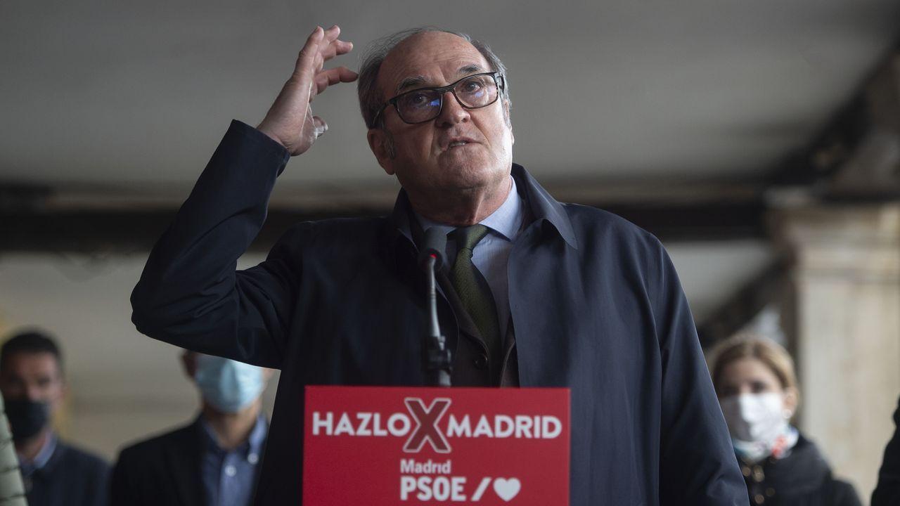 El candidato del PSOE a la Presidencia de la Comunidad de Madrid, Ángel Gabilondo, ayer, en una visita a Alcalá de Henares