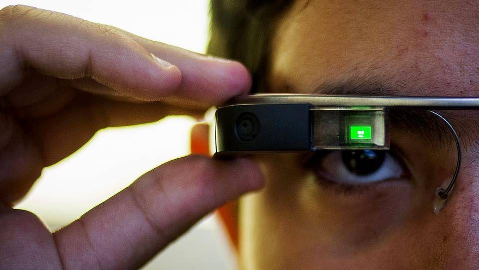 Coche.Un usuario prueba las Google Glass, cuyo menú se proyecta en la pantalla posterior.