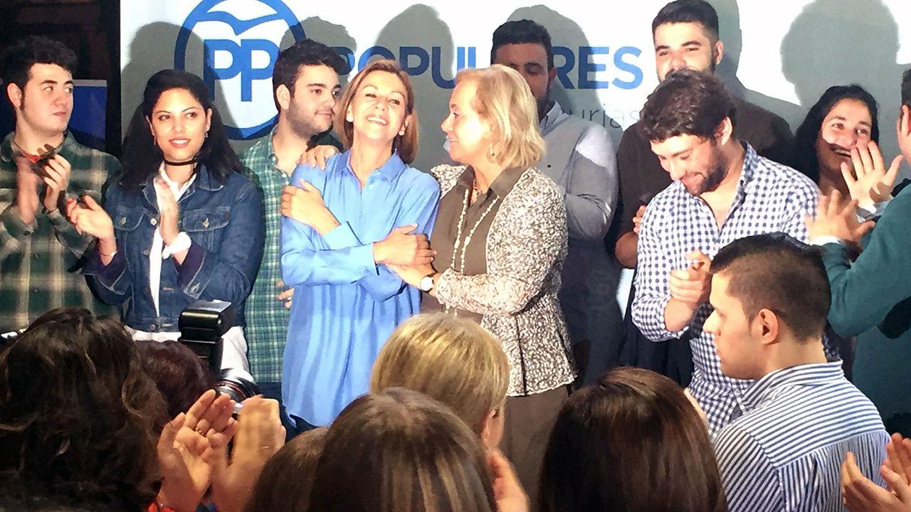 Pedro Sánchez escucha cómo Javier Fernández atiende a los medios de comunicación, durante una visita a Asturias.María Dolores de Cospedal y Mercedes Fernández en un acto de las primarias del PP en Asturias