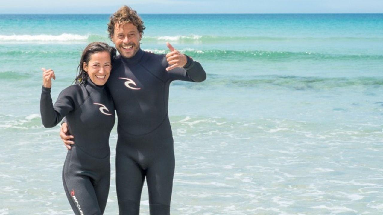 Rodrigo Vales, a la derecha, dirige una escuela de surf en Nemiña (Muxía)