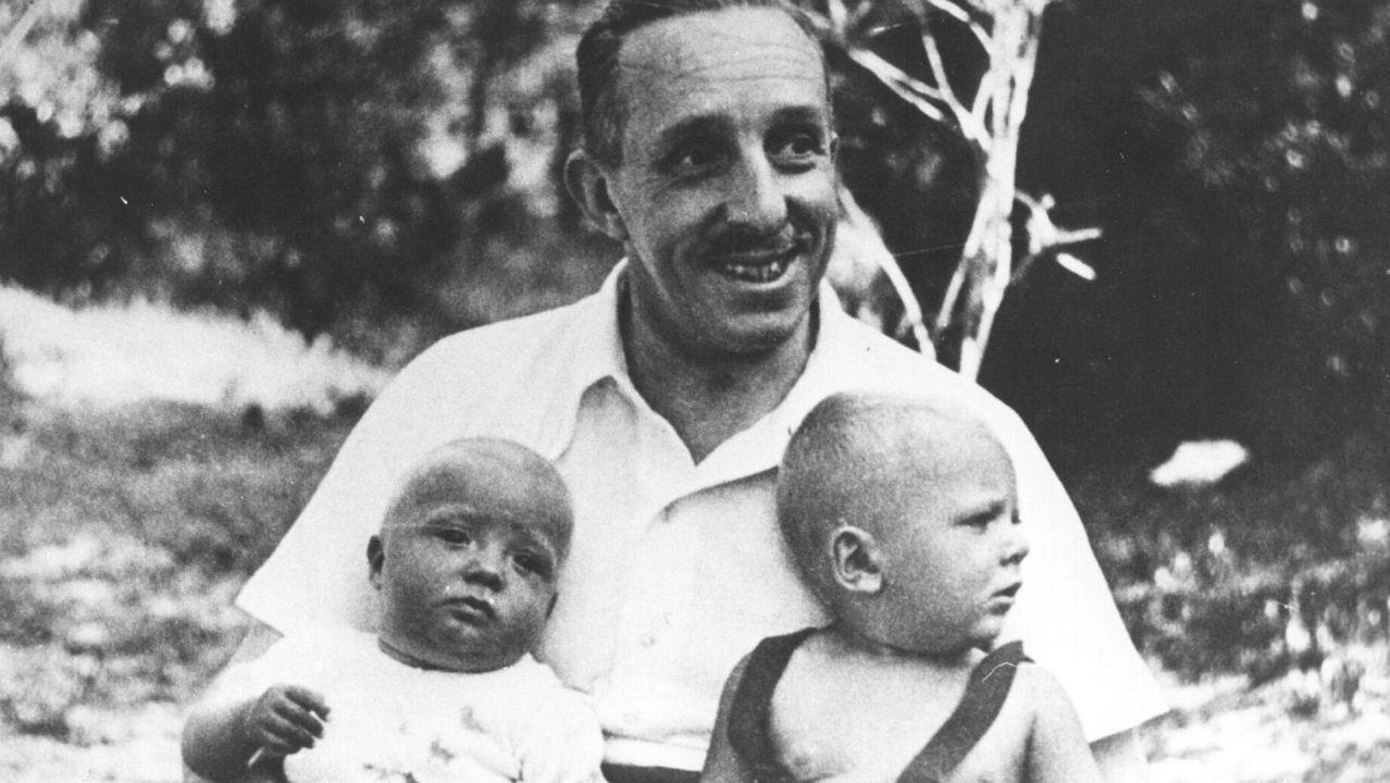 El rey Alfonso XIII con sus nietos Juan Carlos, de blanco, y Marco