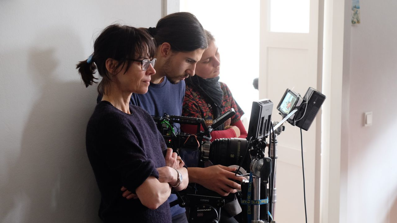 La cineasta Angela Schanelec (izquierda), con una parte de su equipo, durante el rodaje de la película «Estaba en casa, pero...»