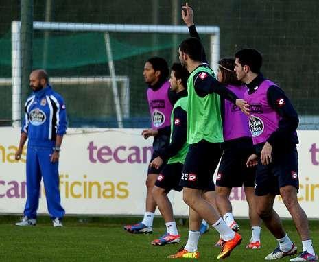 Nelson Oliveira pide el balón durante el entrenamiento de ayer.
