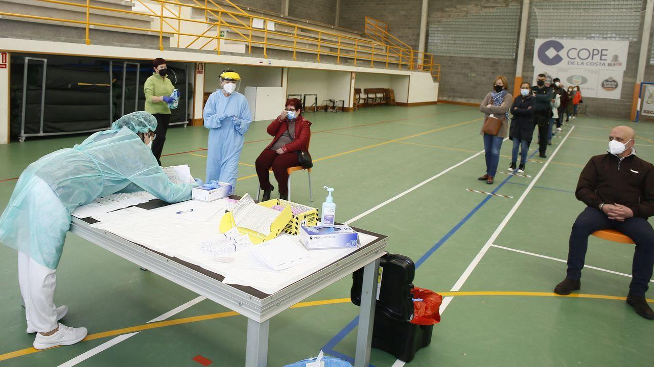 Cribado masivo en Barreiros.Este jueves continuaba la vacunación frente al covid-19 en el Hospital Público da Mariña, en Burela