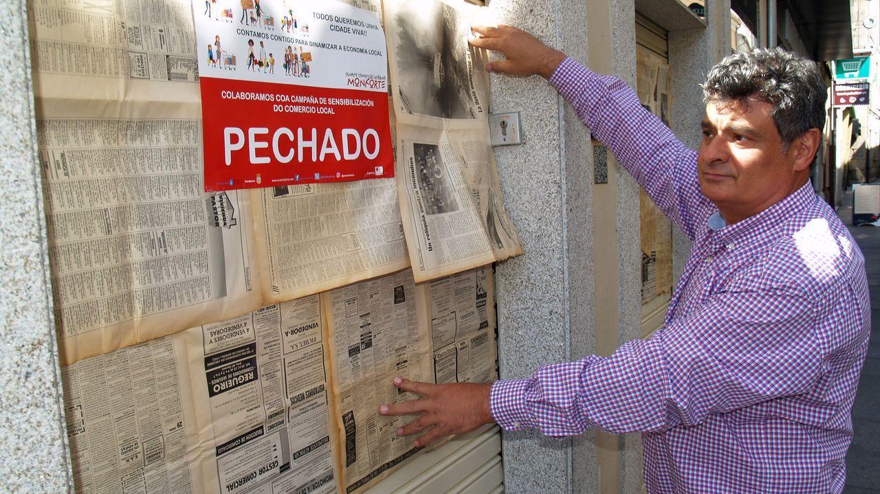 Eva Amaral canta «Halconera» en la Ribeira Sacra.Los locales que participan en la iniciativa cubrieron sus escaparates con papel de periódico, simulando haber tenido que cerrar
