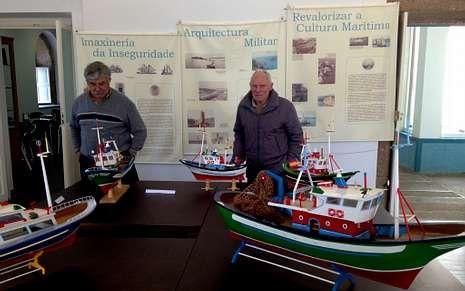 Dos visitantes, en la muestra sobre patrimonio marítimo.