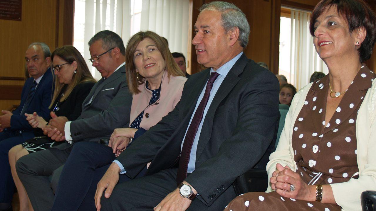 El alcalde y la concejala de Facenda Gloria Prada (a la derecha), en el pleno de investidura