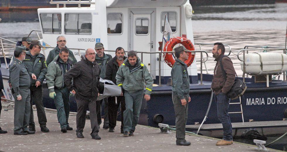 El cuerpo de Germán llegó al puerto de Ribeira en una embarcación de la Guardia Civil. Apareció cerca de la isla de Sálvora.