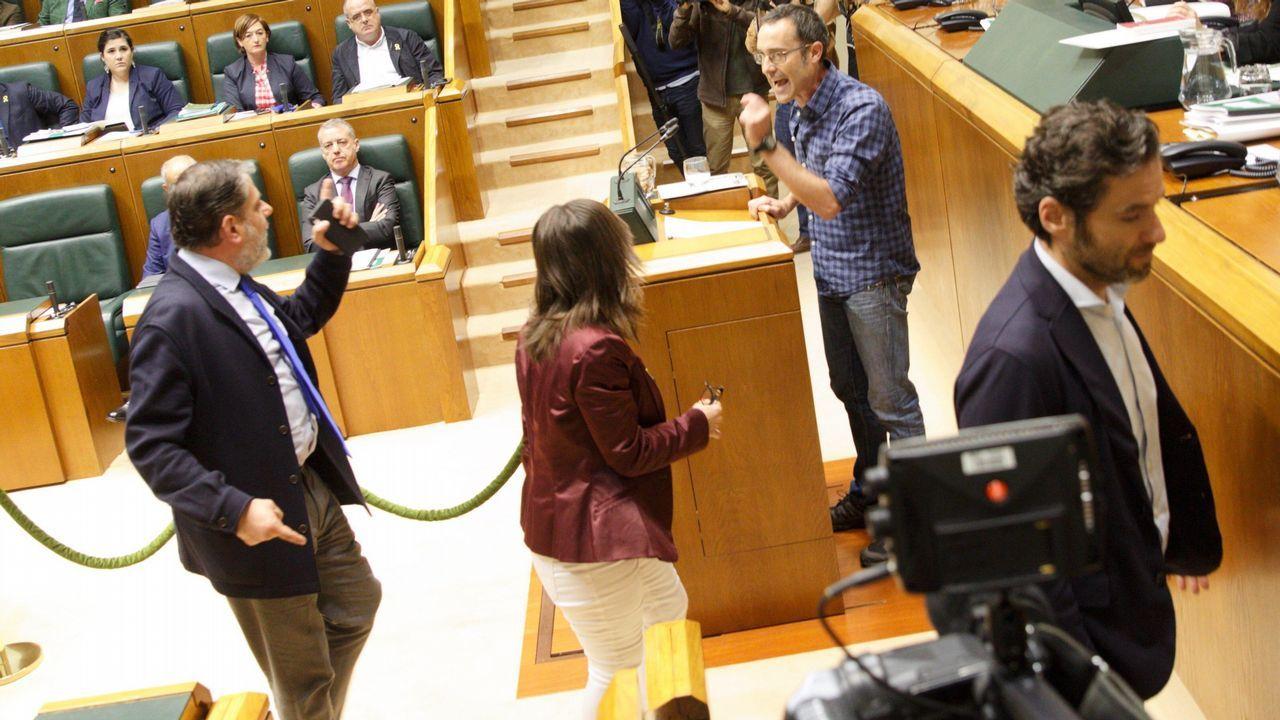 Parlamentarios del PP increpan al diputado de EH Bildu Julien Arsuaga, durante el debate en el Parlamento Vasco