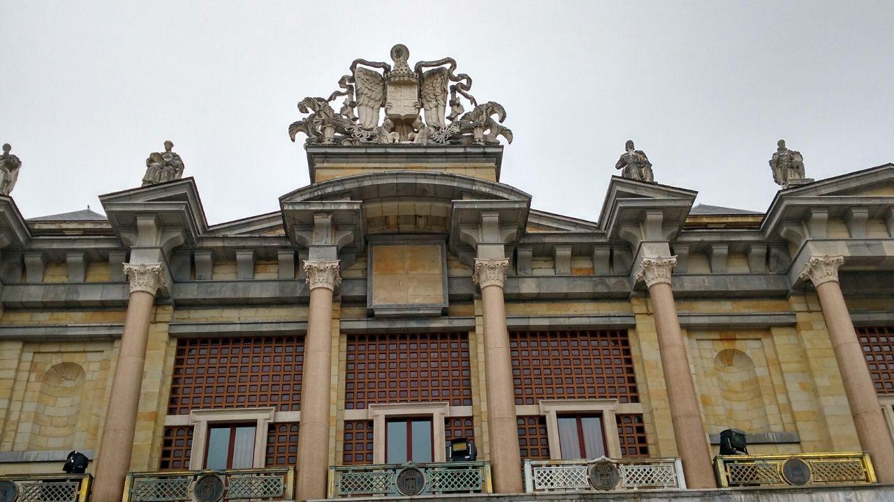 Escudo franquista en la fachada del teatro de la Laboral, con las barandillas en las que se cambió el yugo y las flechas