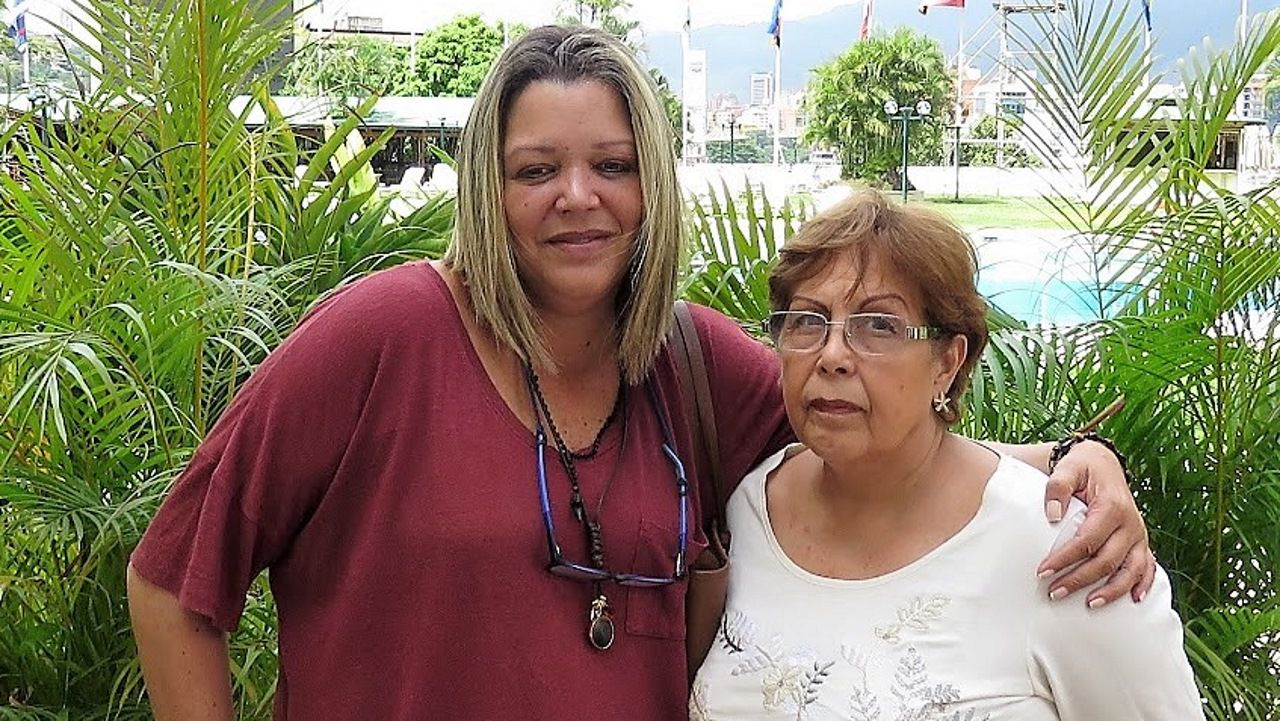 María Lourdes Afiuni con su madre Elena Mora en Caracas en noviembre de 2015
