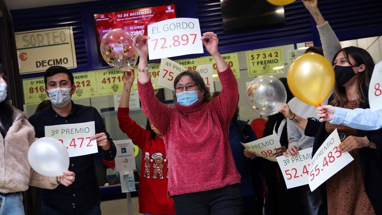 Loteros de la administración de  Doña Manolita  de Madrid festejan haber vendido décimos del premio gordo que ha recaído en el número 72.897, dotado con cuatro millones de euros por serie