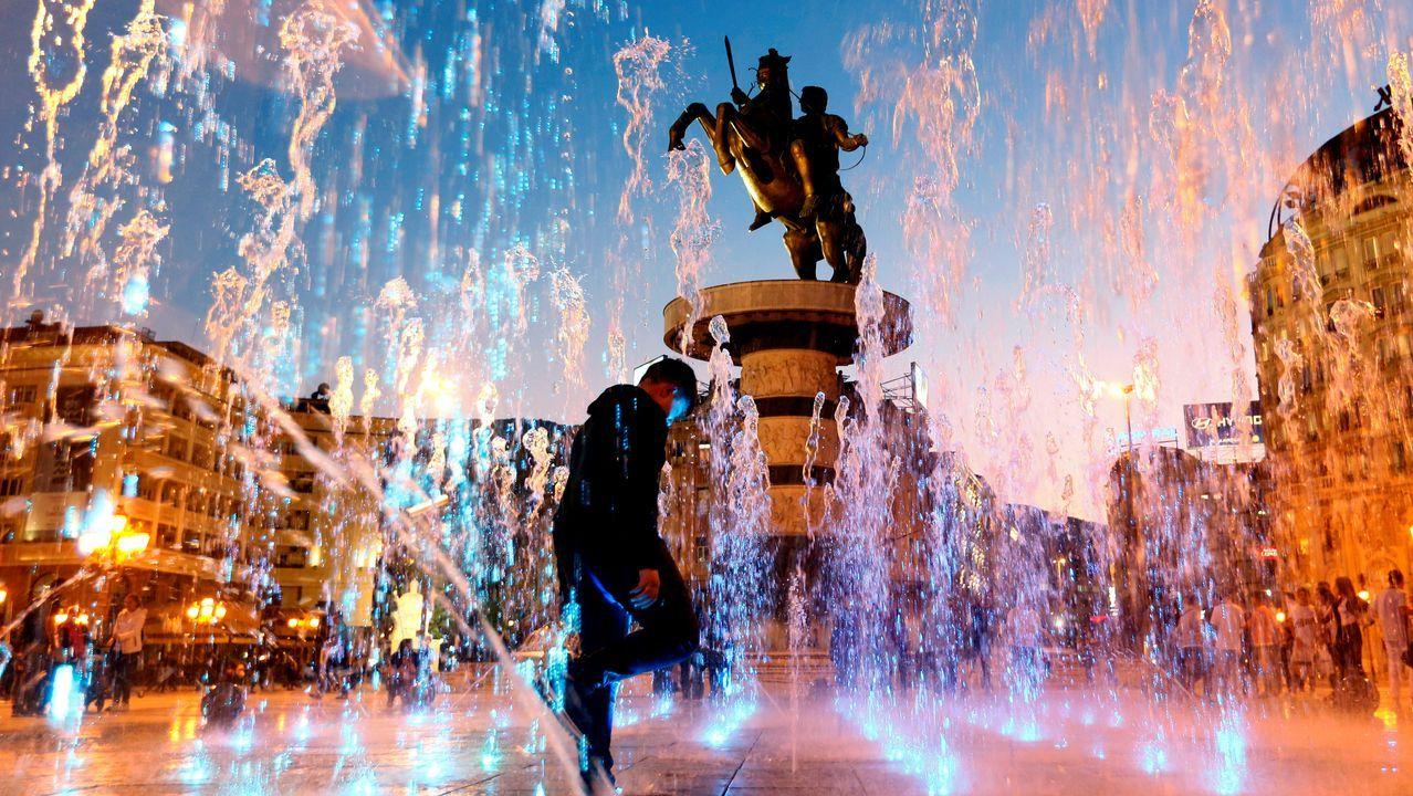 La estatuta del Guerrero a Caballo preside una de las plazas del centro de Skopie