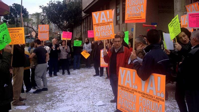 Estafados de Afinsa y Forum protestan ante los juzgados de Vigo.El pleno de A Coruña guardó un minuto de silencio por la última víctima de la violencia machista, en Pocomaco