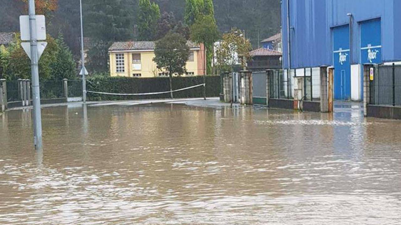 Inundaciones en Oviedo.El IES de Noreña, cercado por el agua