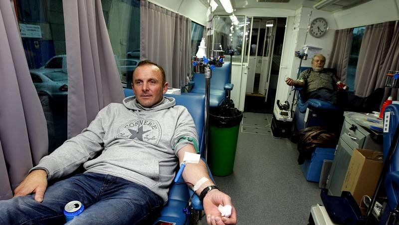 El conselleiro Agustín Hernández predicó con el ejemplo y acudió a donar sangre.