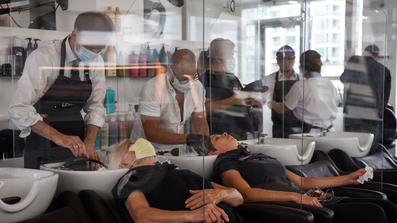 En esta peluquería de Houston, Texas, las clientas están separadas por una mampara