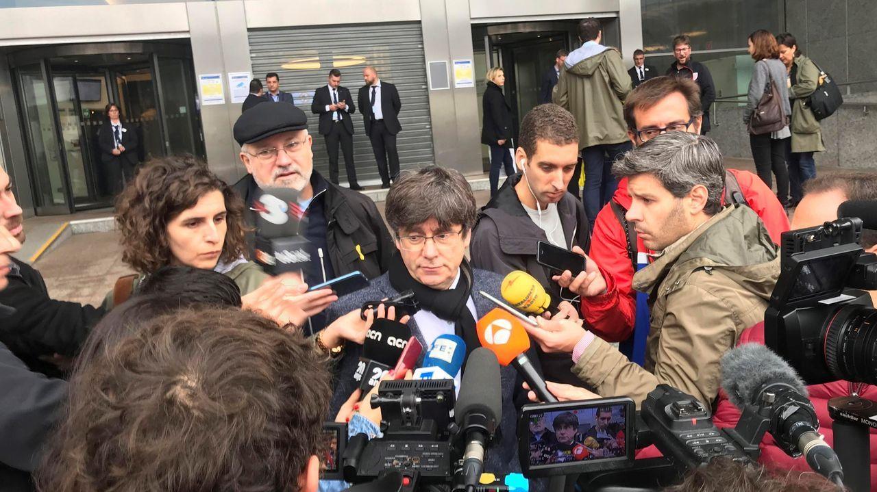Policías de la UIP de A Coruña fueron recibidos por más de 200 personas.Carles Puigdemont, este martes, en la sede del Parlamento europeo