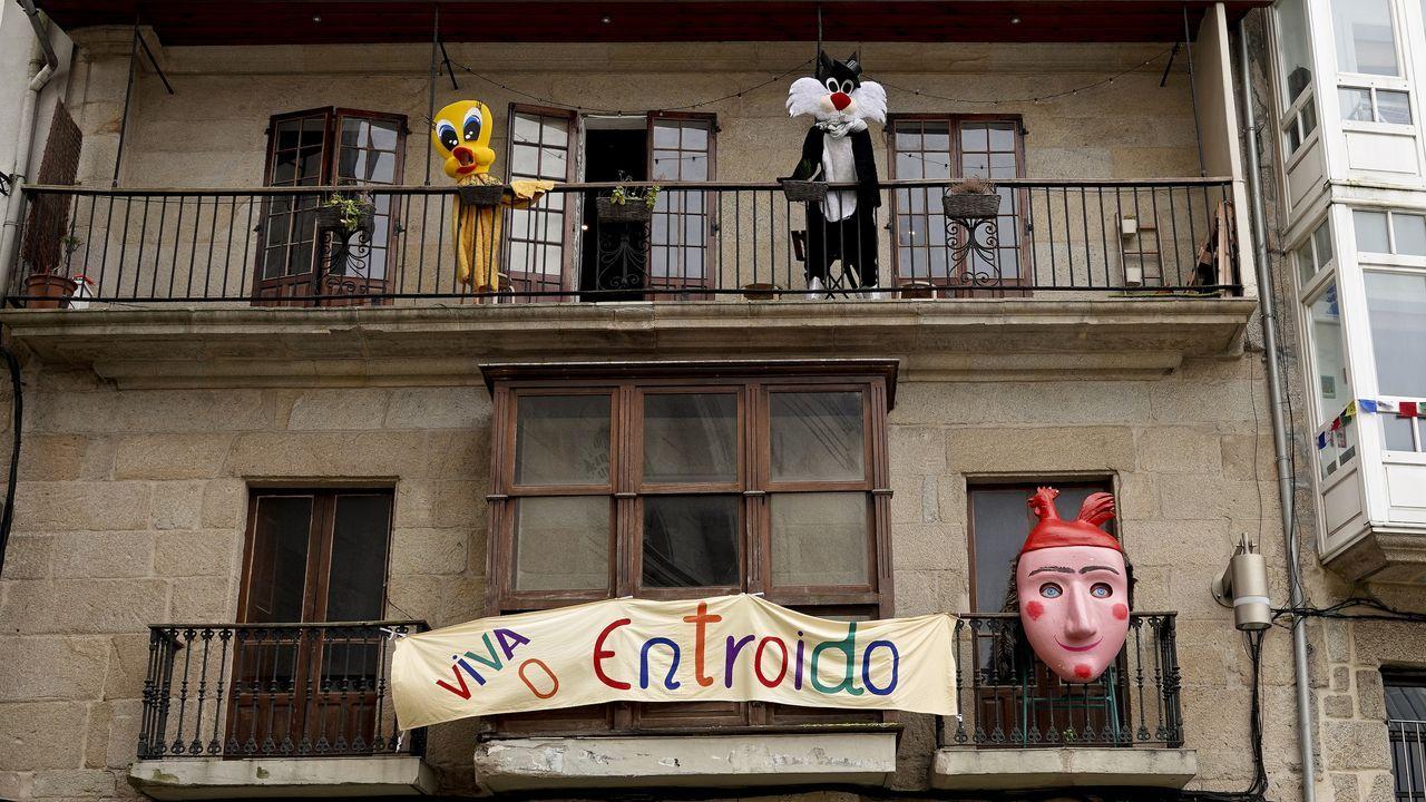 El Carnaval asoma por las ventanas del Casco Vello.Oso del entroido de Sande en Cartelle