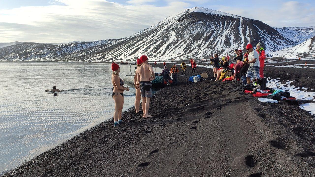 Un grupo de turistas se bañan en la isla antártica de Decepción
