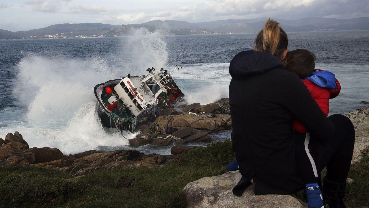 Testimonio de Juan Perol, que ayudó a rescatar a cuatro náufragos del Divina del Mar.Las olas entraban el 14 de noviembre libremente por la parte más hundida del petrolero