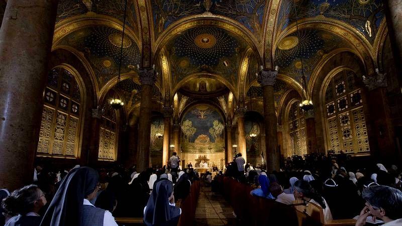 El abrazo de tres religiones.Vigilia por los adolescentes hallados muertos