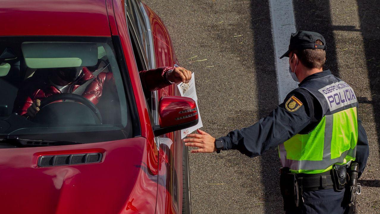 Agentes de la Policía en un control instalado a la entrada a la capital asturiana