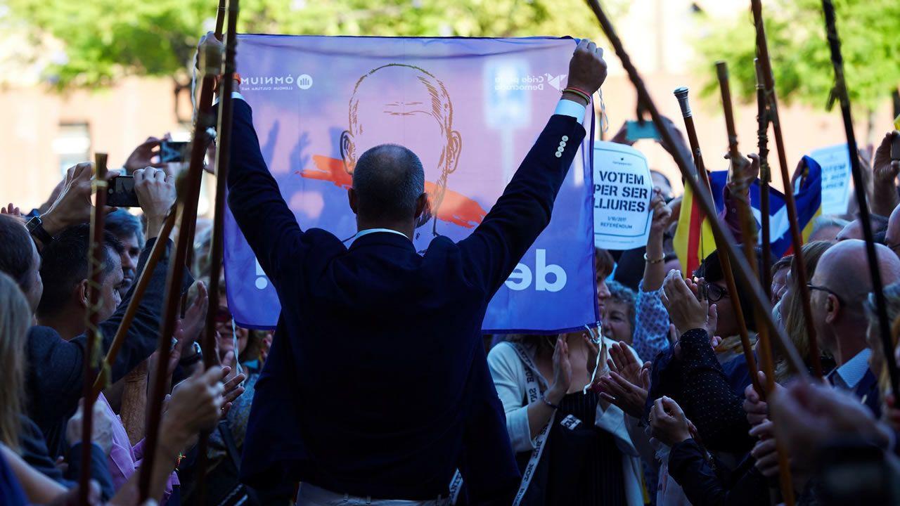El entonces alcalde de Premià de Mar y presidente de la Asociación Catalana de Municipios, Miquel Buch, a su llegada a los juzgados de Mataró donde declaró el 26 de septiembre del 2017 ante el fiscal en calidad de investigado por desobediencia al colaborar con el referendo.